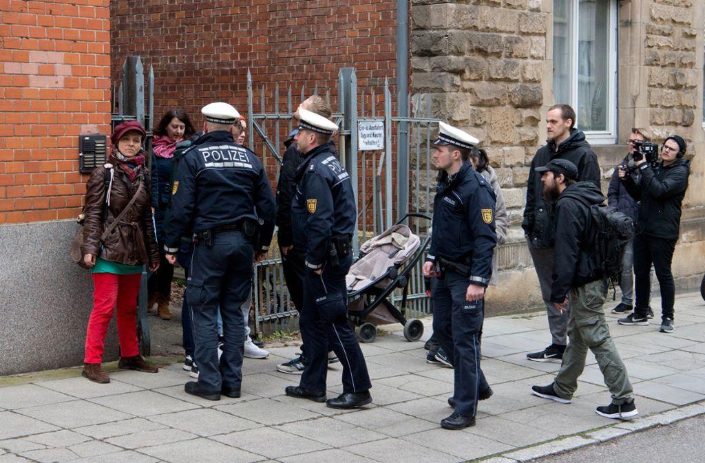 Die Polizei beobachtete das Treiben aus nächster Nähe. Foto: Oliver Willikonsky - Lichtgut