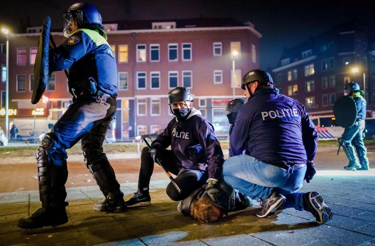 Nach Angaben der Polizei suchten die Jugendlichen bewusst die Konfrontation mit der Polizei. Foto: AFP/MARCO DE SWART