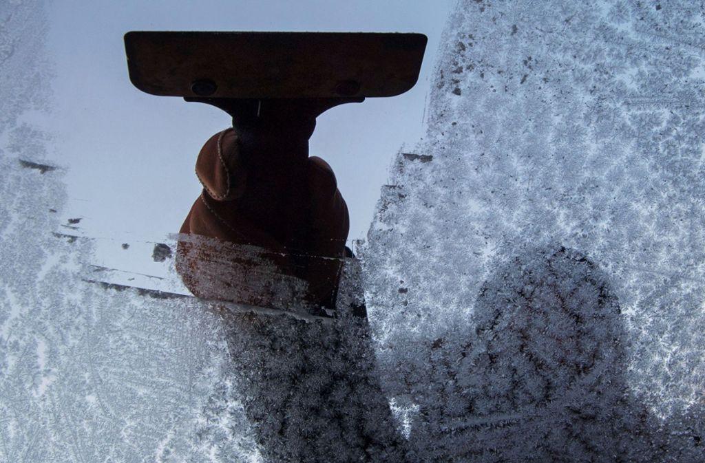 Für Autofahrer ist bald morgens wieder Scheibenkratzen angesagt. Foto: dpa/Marijan Murat
