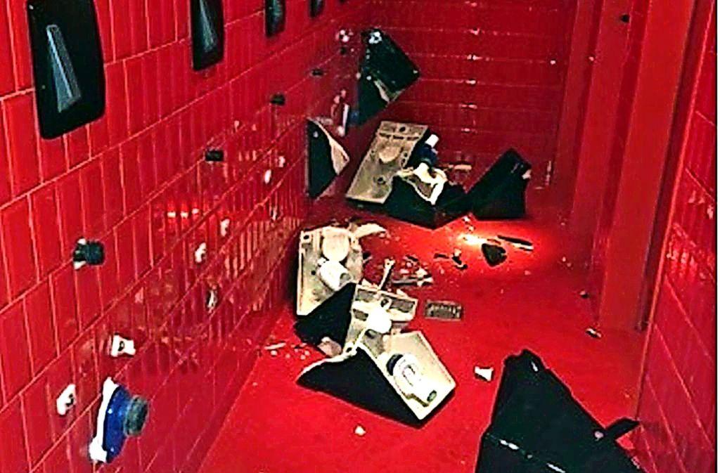 Unbekannte haben in der Nacht auf Samstag die Herrentoilette im Billie Jean zerstört – sechs Urinale wurden aus der Wand gerissen. Foto: STZN
