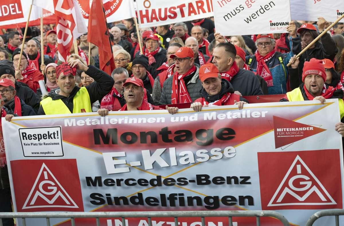 Die Gewerkschaft IG Metall demonstrierte im November 2019 gegen Jobabbau in der Automobilindustrie. Für dieses Jahr erwartet die Arbeitnehmervertretung ebenfalls Grund für den Arbeitskampf. (Archivbild) Foto: Leif Piechowski/Leif Piechowski