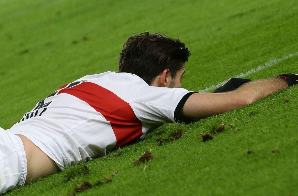 Emiliano Insua erleidet mit dem VfB gegen Bayer Leverkusen eine harte Landung. Foto: Baumann