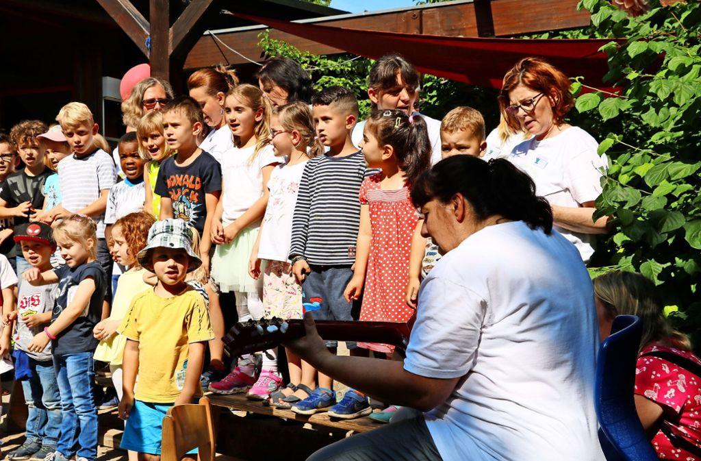 So ein Geburtstag muss natürlich  besungen werden: Die Mädchen und Jungen der Kita Pegasus eröffneten das Fest mit musikalischen Einlagen. Foto: Marta Popowska