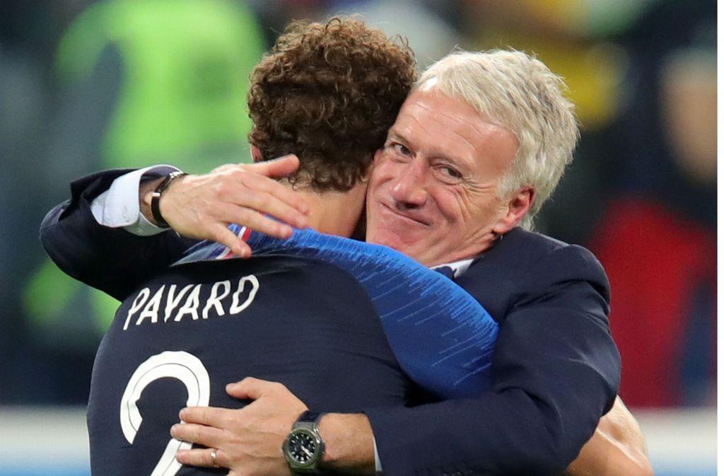 Benjamin Pavard holt sich das Lob von Nationaltrainer Didier Deschamps ab. Foto: AFP