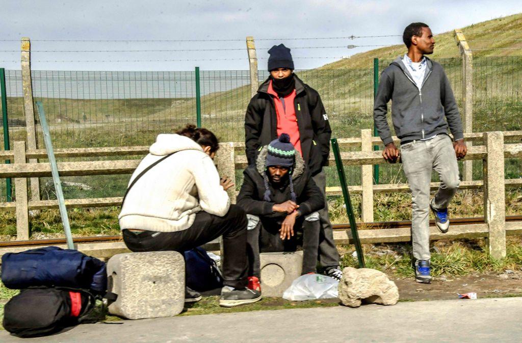 Hunderte Flüchtlinge warten    in Calais  auf eine Gelegenheit zur Überfahrt. Foto: AFP