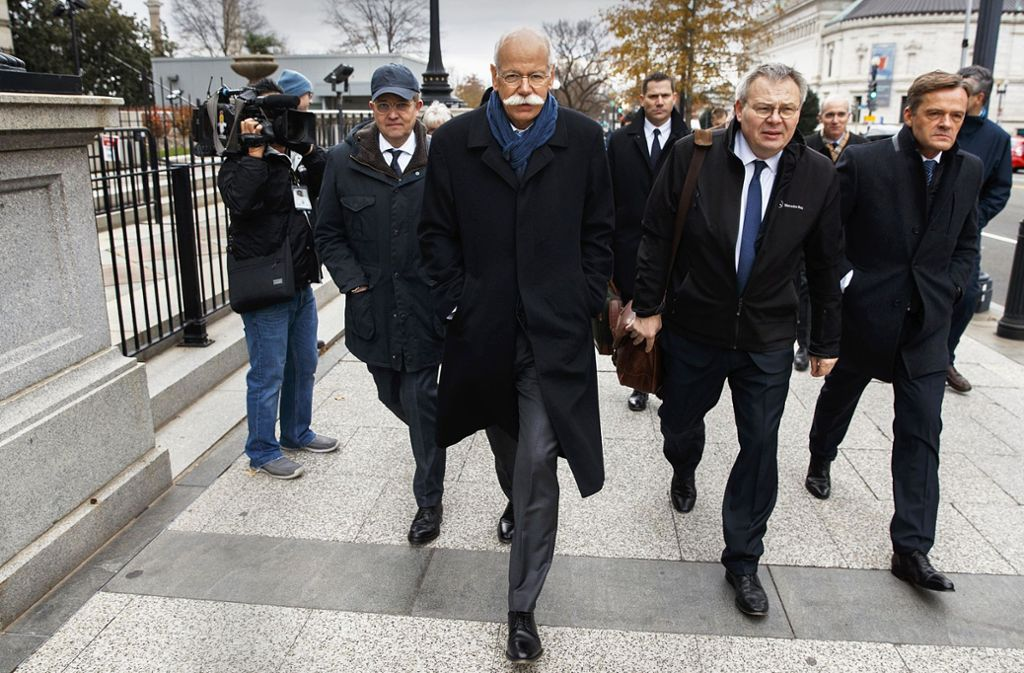 Daimler-Chef Dieter Zetsche,  Cheflobbyist Eckart von Klaeden          (mit Kappe) und Kommunikationschef    Jörg Howe  (rechts   neben Zetsche) am Dienstag auf dem Weg zu US-Regierungsvertretern. Foto: AP