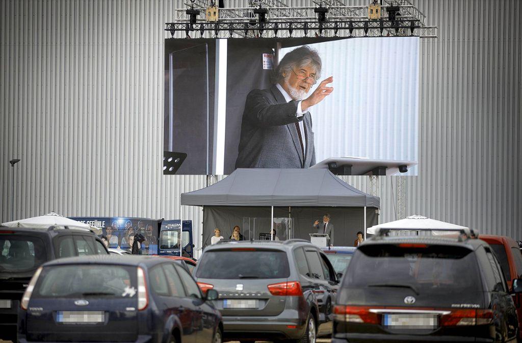 Der Pfarrer Thomas Fuchsloch predigt auch an den nächsten beiden Sonntagen nicht in seiner     Kirche sondern auf diesem Parkplatz in Schorndorf. Foto: Gottfried Stoppel