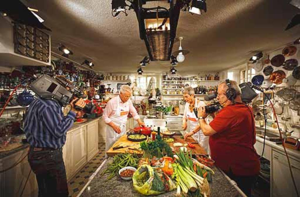 Martina und Moritz, die dienstältesten Fernsehköche der Nation, bekommen den Fortschritt zu spüren: Die Schürzen sind schon neu, demnächst wird das Ehepaar die alte Küche gegen eine moderne tauschen. Foto: Stoppel