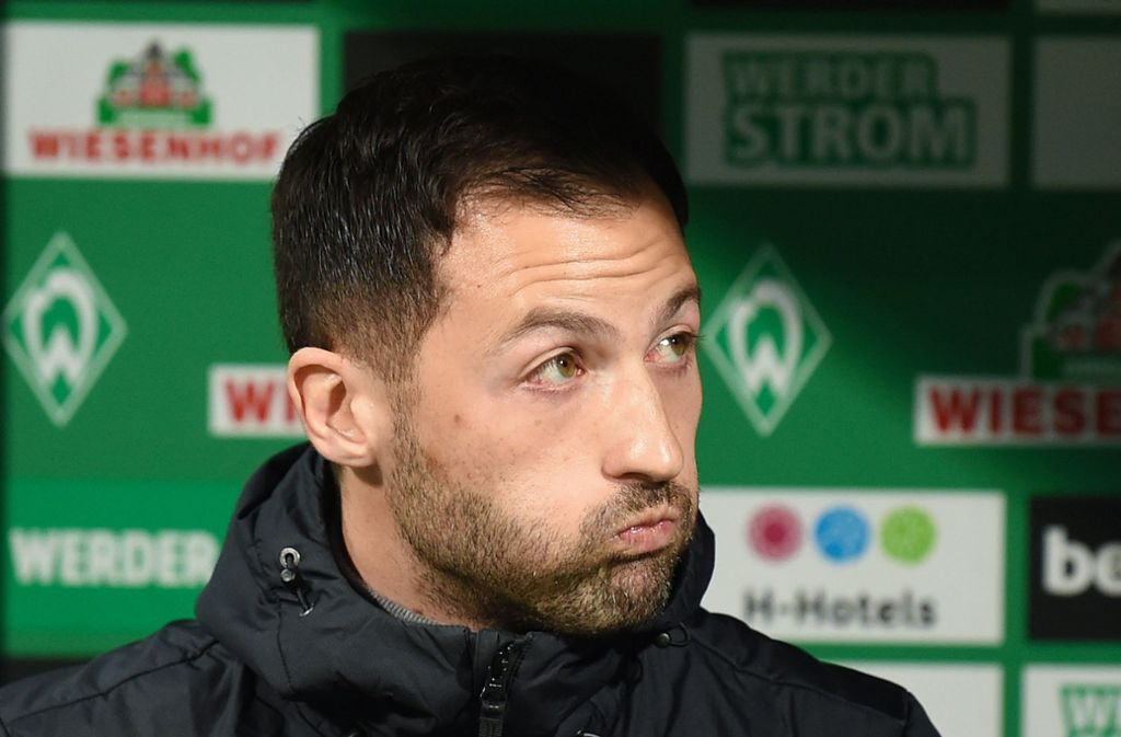 Sein Stuhl wackelt, aber noch hält sich Domenico Tedesco als Trainer auf Schalke. Foto: dpa