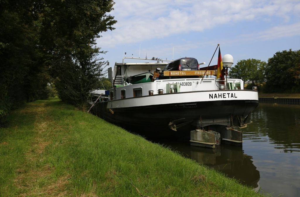 Ein Schiff hat im Neckar eine Schleuse gerammt. Foto: 7aktuell