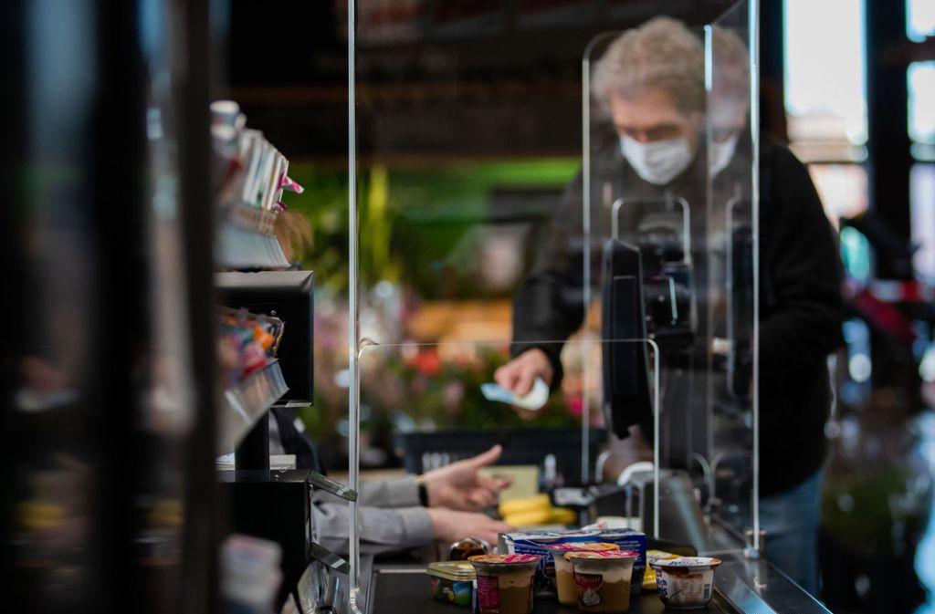 Pflicht wird der Mundschutz nicht im Land. Als Spuckschutz im Supermarkt sei dieser aber durchaus sinnvoll, findet man auch im Stuttgarter Rathaus. Foto: dpa/Tom Weller