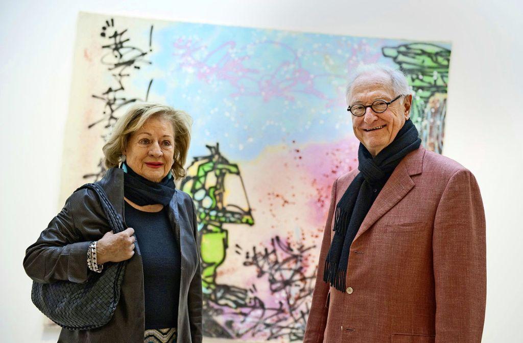 Rudolf Scharpff (rechts) steht  mit seiner Frau Ute im Kunstmuseum Stuttgart vor einer Arbeit des Künstlers Koor im Rahmen der Präsentation ihrer Sammlung. Foto: dpa