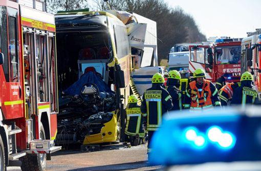 Zwei Tote bei Unfall zwischen Lkw und Reisebus