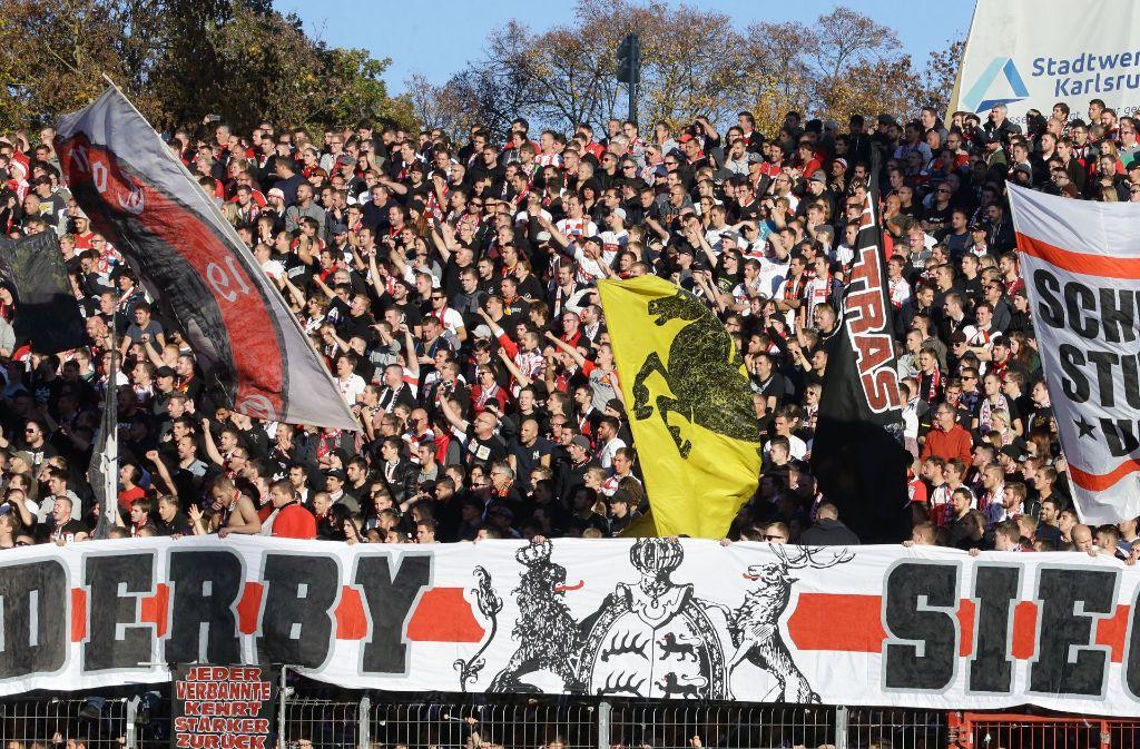 Die Fans des VfB Stuttgart nach dem Sieg gegen den Karlsruher SC. Auf seine Anhänger kann sich der Verein verlassen. Foto: Pressefoto Baumann