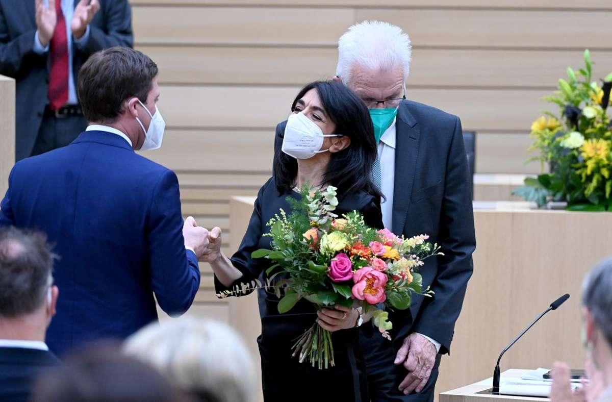 Manuel Hagel, Vorsitzender der CDU-Landtagsfraktion, gratuliert Muhterem Aras (r, Bündnis 90/Die Grünen), der neu gewählten Präsidentin des Landtags von Baden-Württemberg. Foto: dpa/Bernd Weissbrod