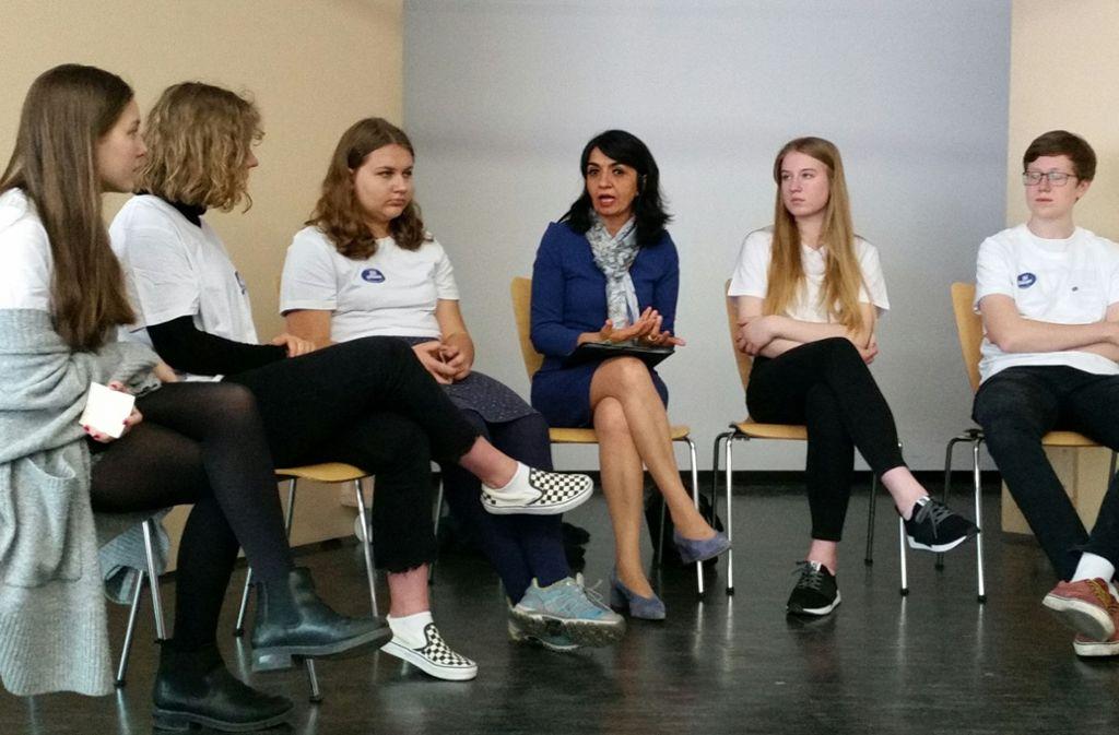 Die Landtagspräsidentin Muhterem Aras (Mitte) hat mit Schülern des Königin-Olga-Stift anlässlich des Europatages über ihre persönlichen Erfahrunge mit Integration und Migration gesprochen. Foto: Nina Ayerle