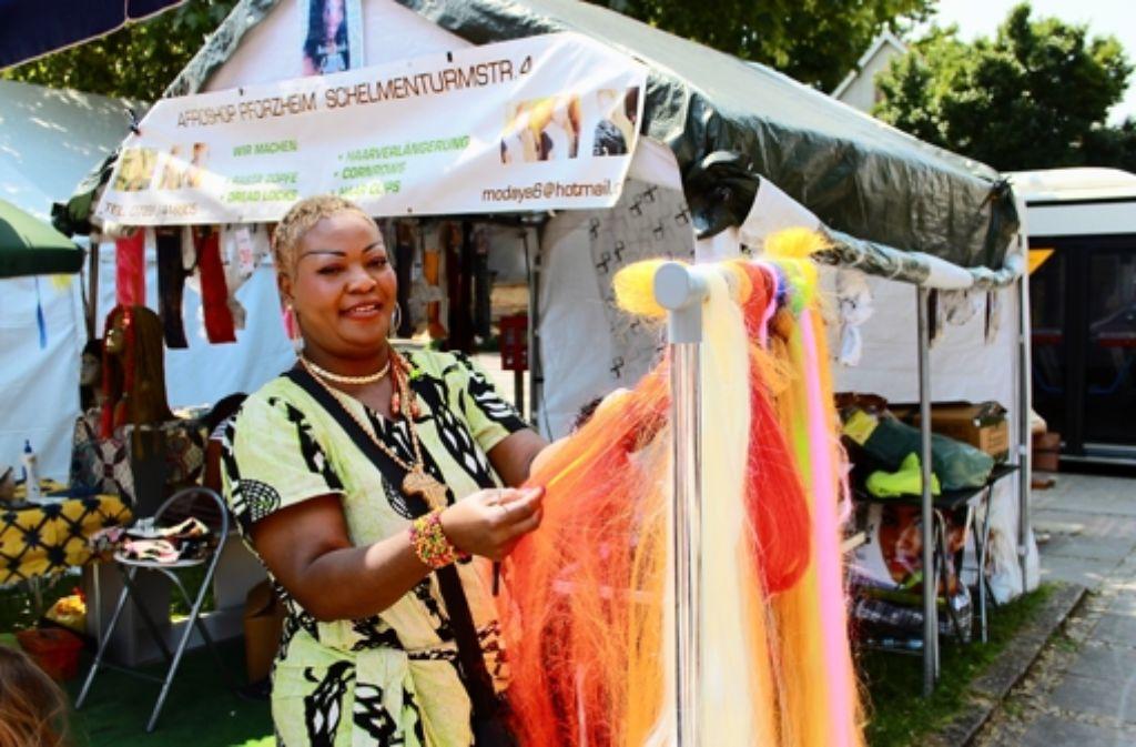 Die Besucher können sich auf dem Basar auch die Haare auf typisch afrikanische Art frisieren lassen. Foto: Maira Schmidt