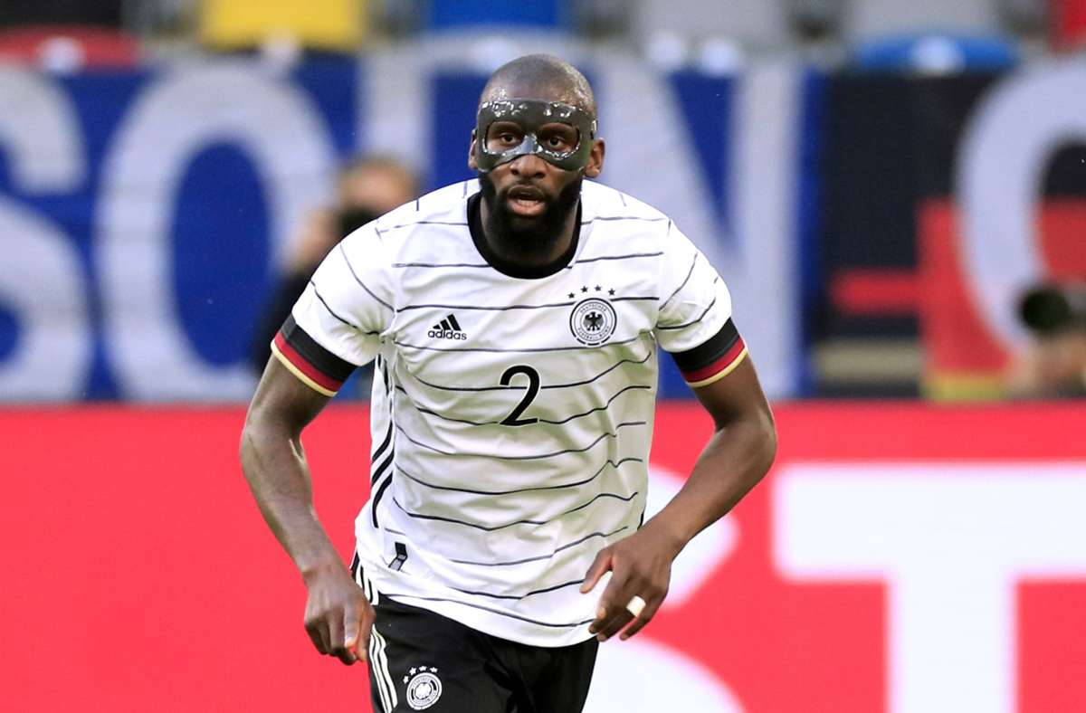 DFB-Abwehrspieler Antonio Rüdiger trägt bei den Spielen derzeit eine Maske. Foto: imago images/Laci Perenyi