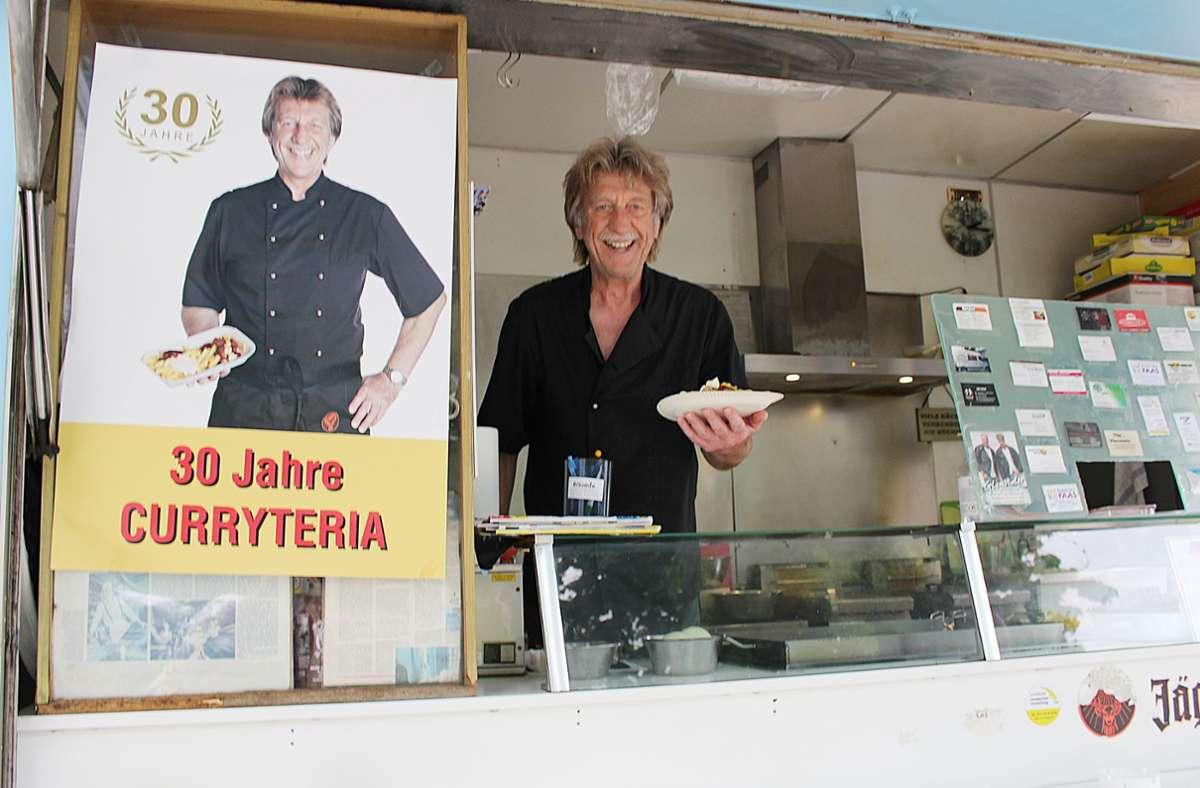 Am Donnerstag will Heinz Rapp an diesem Stand die letzte Currywurst über den Tresen reichen. Foto: Caroline Holowiecki