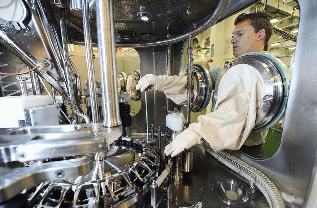 Ein Mitarbeiter in Waiblingen schraubt an einer Verpackungsmaschine für die Pharmaindustrie. Foto: dpa