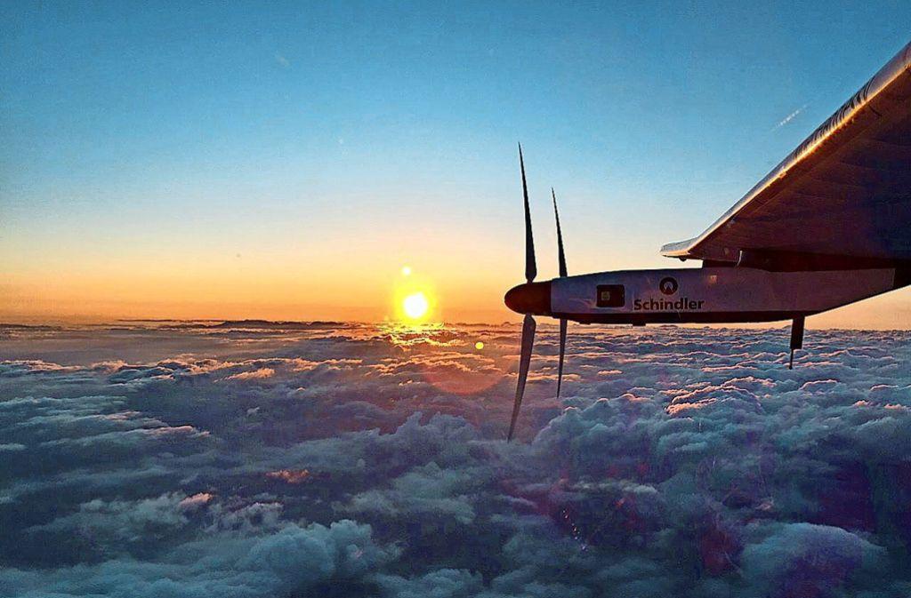 Flug über den Wolken: Der Solar Impulse steht die zweite mehrtägige Etappe über die unendlichen Weiten eines Ozeans bevor. Foto: dpa