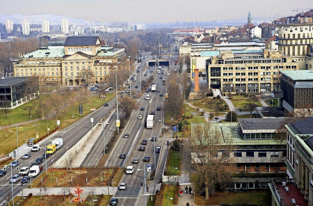 Die Konrad-Adenauer-Straße ist ein städtebaulicher K.o.-Schlag für das ganze Quartier links und rechts der Auto-Schlucht. Foto: Achim Zweygarth