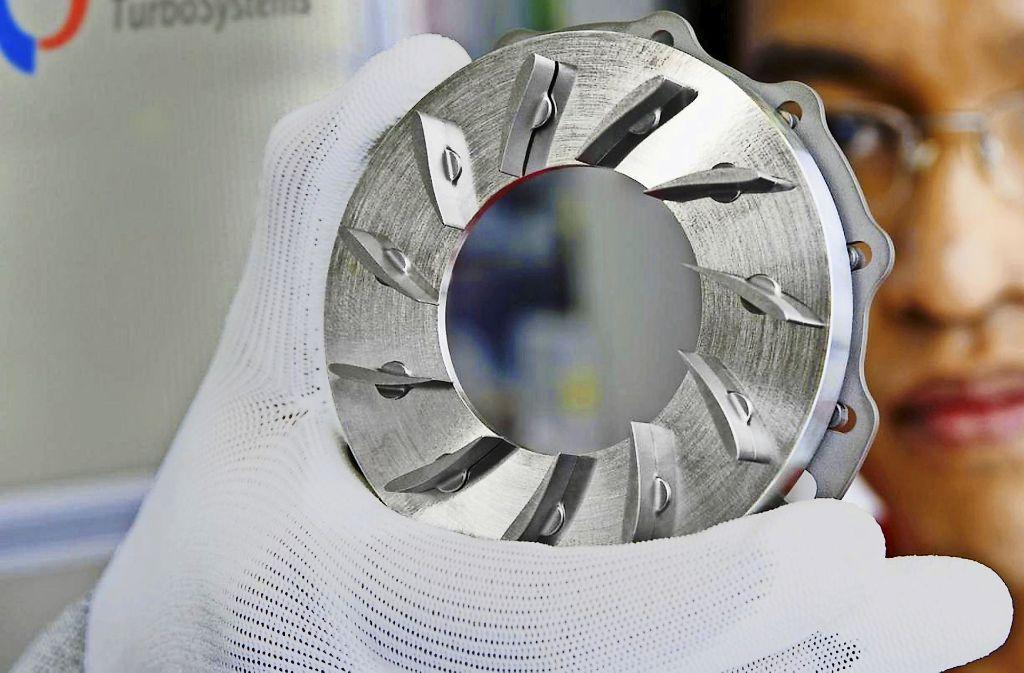 Ein Turbolader – im Bild ein Bauteil davon –   sorgt dafür, dass  mehr Sauerstoff in den Verbrennungsraum des Motors gelangt und dadurch das Benzin effizienter verbrennt. Foto: Bosch Mahle
