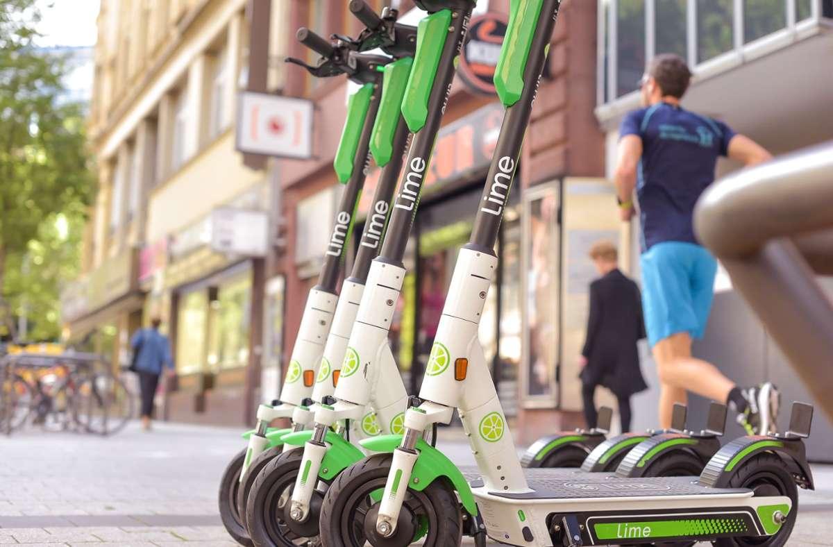 Nicht alle Nutzer stellen die E-Scooter vorbildlich an gekennzeichneten Flächen ab. Foto: Symbolbild: Lichtgut/Max Kovalenko