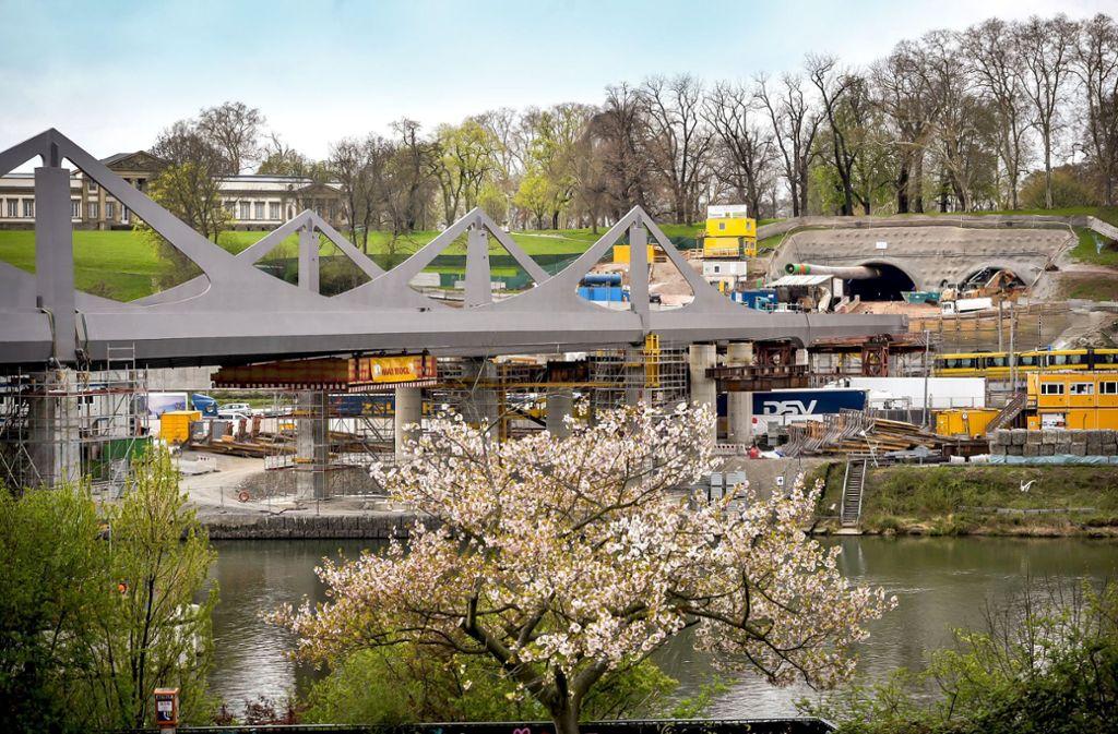 Die neue Brücke über den Neckar wird für Züge des Fern- und Regionalverkehrs zur Inbetriebnahme des Tiefbahnhofs noch nicht erreichbar sein. Foto: Lichtgut/Max Kovalenko