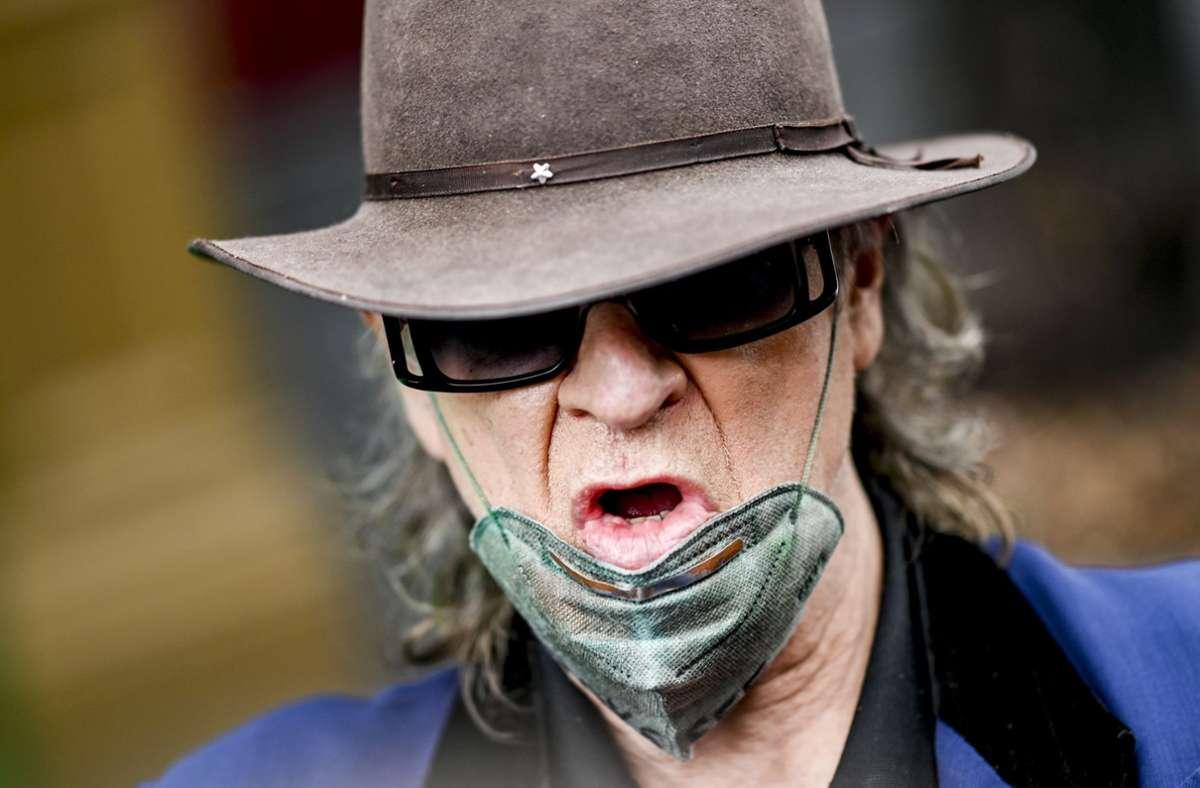 So verrutscht trägt der Maskenbefürworter Udo Lindenberg die Maske natürlich bloß fürs Foto. Hoffen wir jedenfalls. Foto: dpa/Axel Heimken