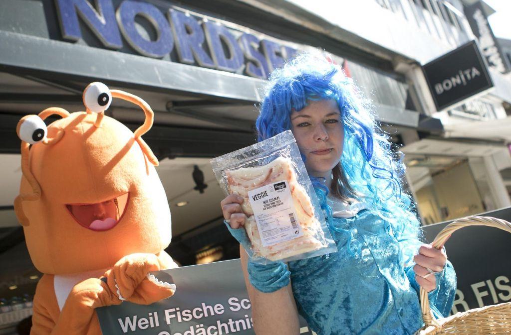 Als Hummer und Meerjungfrauen verkleidet machen Peta-Aktivisten auf das Leid der Meeresbewohner aufmerksam. Foto: 7aktuell.de/Andreas Friedrichs
