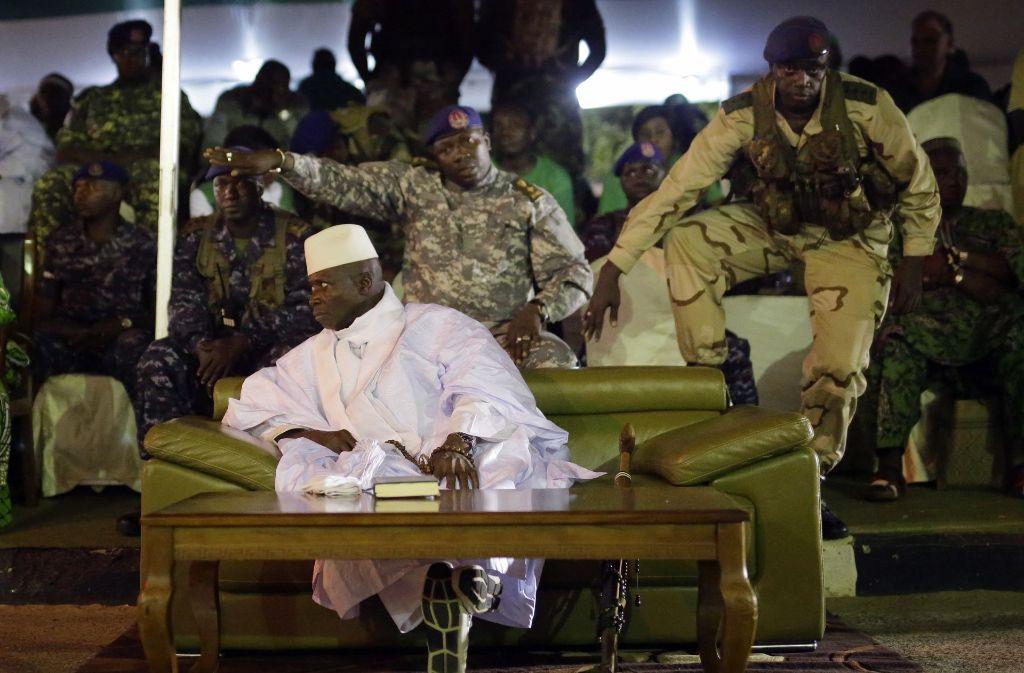 Offiziere schützen Gambias Präsidenten Yahya Jammeh. Foto: AP