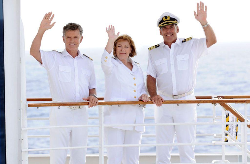 """Der """"Traumschiff""""-Kapitän sagt Adieu: Sascha Hehn als Victor Burger (rechts) mit Schiffsarzt Nick Wilder und Chefstewardess Heide Keller, die bereits Anfang 2017 das Kreuzfahrtschiff verlassen hatte. Foto: dpa/ZDF"""