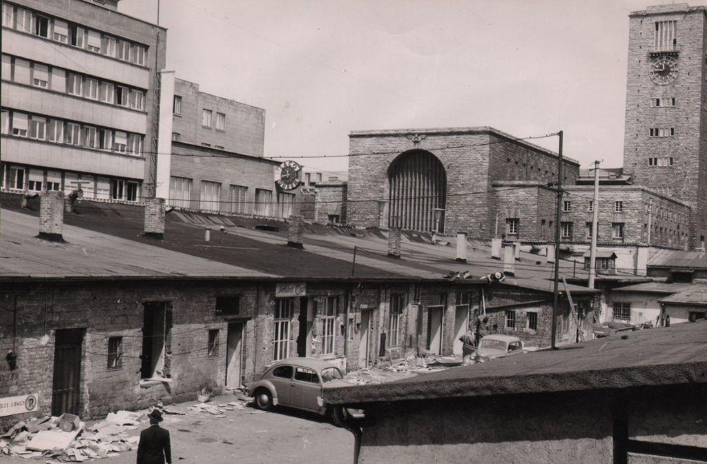 Das Marstall-Areal an der unteren Königstraße in den 1950er Jahren. Nach den Kriegszerstörungen hatte man im früheren Pferdehof  des Königs einstöckige Provisorien für den Handel gebaut. Foto: Zenz Engel
