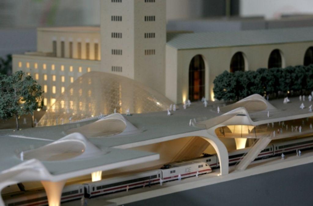 Über  die Leistungsfähigkeit des geplanten Tiefbahnhofs in Stuttgart wird unverändert gestritten. Die Geschichte des Bahnprojekts Stuttgart 21 zeigen wir in unserer Fotostrecke. Foto: Steinert