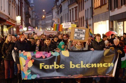 """Unter dem Motto """"Farbe bekennen"""" demonstrieren in Freiburg tausende Menschen gegen Fremdenfeindlichkeit. Foto: dpa"""