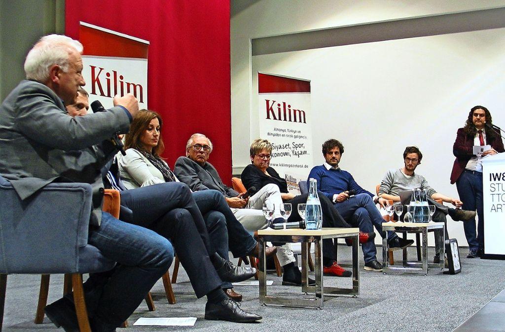 Auf dem Podium diskutierten (v.l.):  Andreas G. Winter (Die Grünen), Alexander Kotz (CDU), Sibel Yüksel (FDP), Jochen Heidenwag (Freie Wähler), Susanne Kletzin (SPD), Luigi Pantisano (SÖS) und Filippo Capezzone (Die Linke). Foto: Susanne Müller-Baji