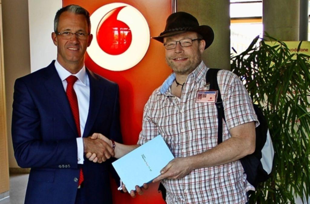 Frank Wendelstorf (l.) übergibt Steffen Pfeiffer das Tablet, mit dem der Wasser-Aktivist von seiner Wanderung berichten wird. Foto: Braun