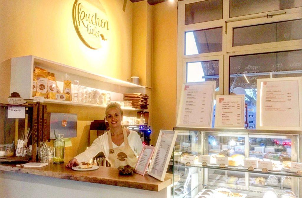 Ab sofort am Wilhelmsplatz geöffnet: Die Café- und Kuchenbar Kuchenliebe von Astrid Christ. Foto: Tanja Simoncev