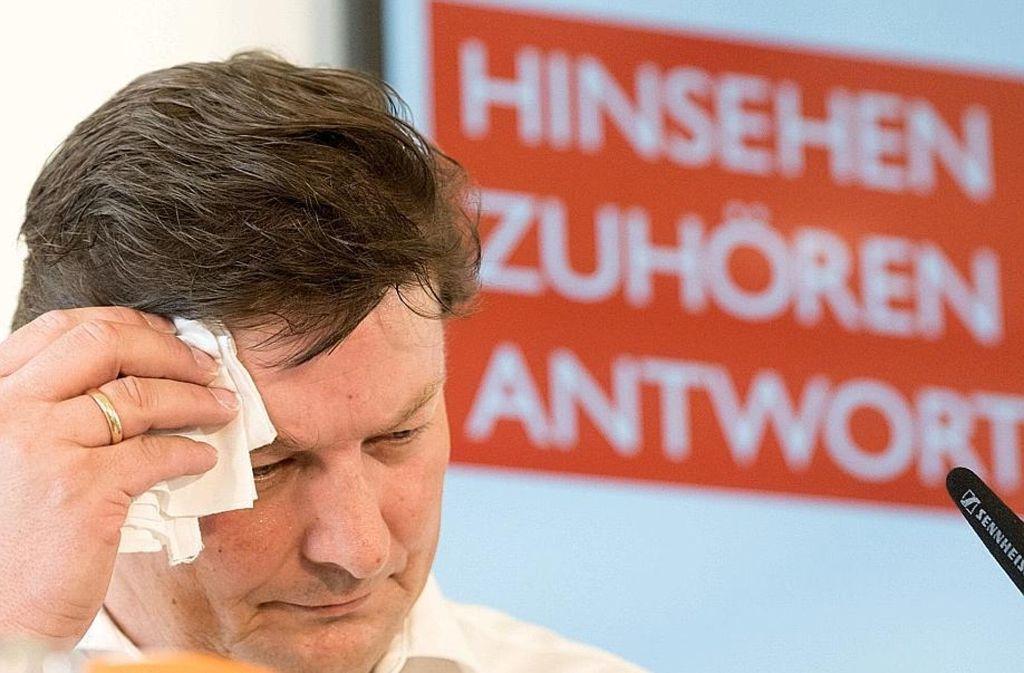 Rechtsanwalt Ulrich Weber bei der Vorstellung seines Berichts Foto: dpa