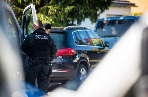 Nach dem Anschlag auf den BVB-Bus ermitteln Polizeibeamte auch in Rottenburg. Foto: dpa