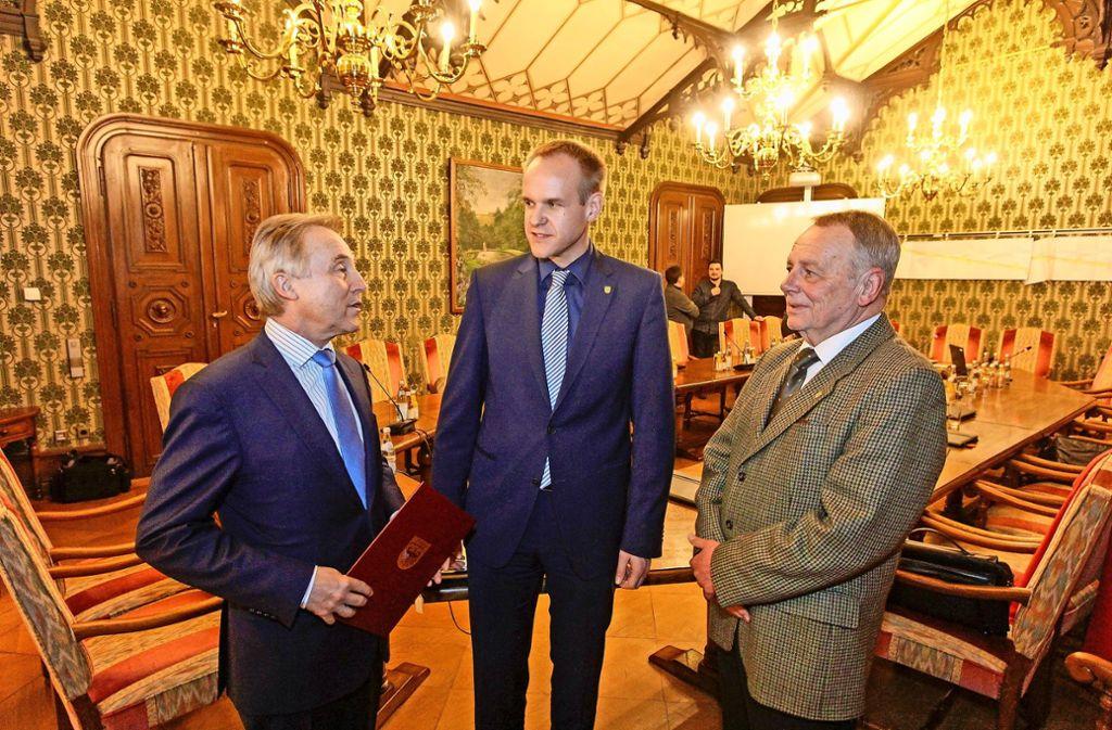 Der Bürgermeister Thomas Schäfer (Bildmitte) wurde von Gemeinderat Wolfgang Gerlach (rechts) ins Amt eingeführt. Der Landrat Rainer Haas sprach lobende Worte. Foto: factum/Bach