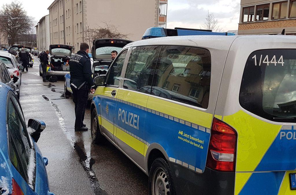 Die Polizei rückt mit elf Einsatzwagen in Pforzheim an, weil ein 19-Jähriger mit Pistole durch ein Wohngebiet läuft. Foto: SDMG/SDMG / Gress
