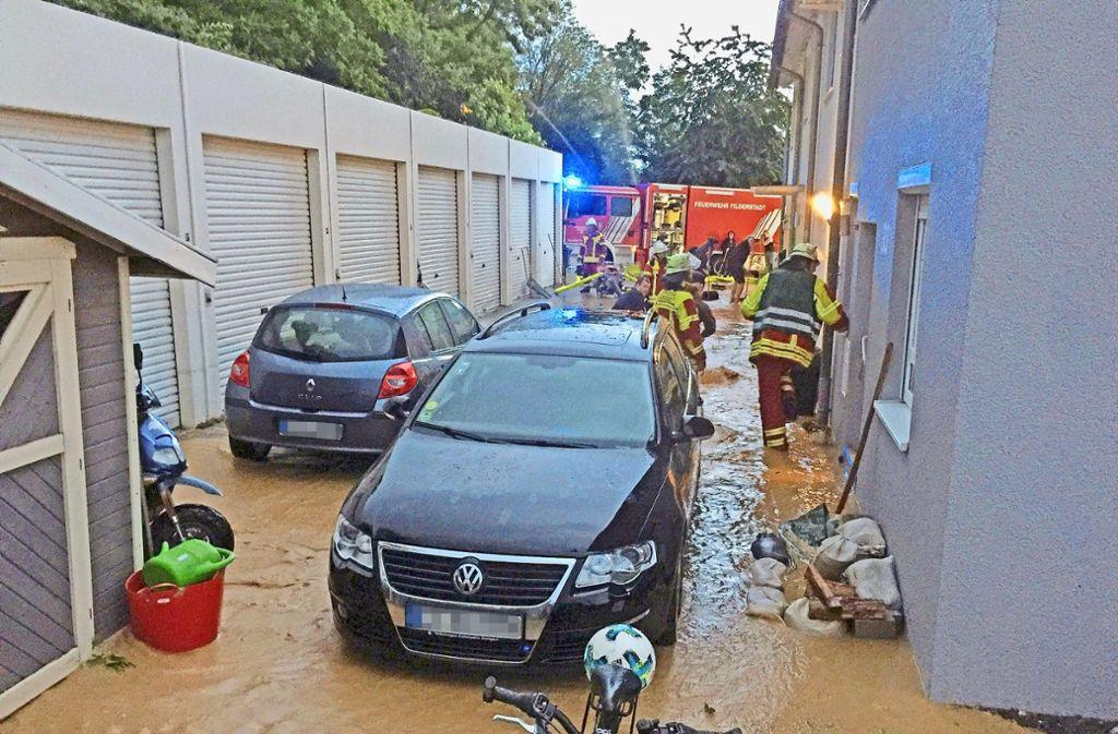 Auf dem  Weg der Straße Im Brandfeld steht nach heftigem Regen das Wasser. Foto: z.