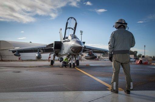 Techniker der Bundeswehr bereiten den ersten Einsatzflug zweier  deutscher Tornados auf der Nato-Luftwaffenbasis im türkischen Incirlik vor. Foto: Bundeswehr