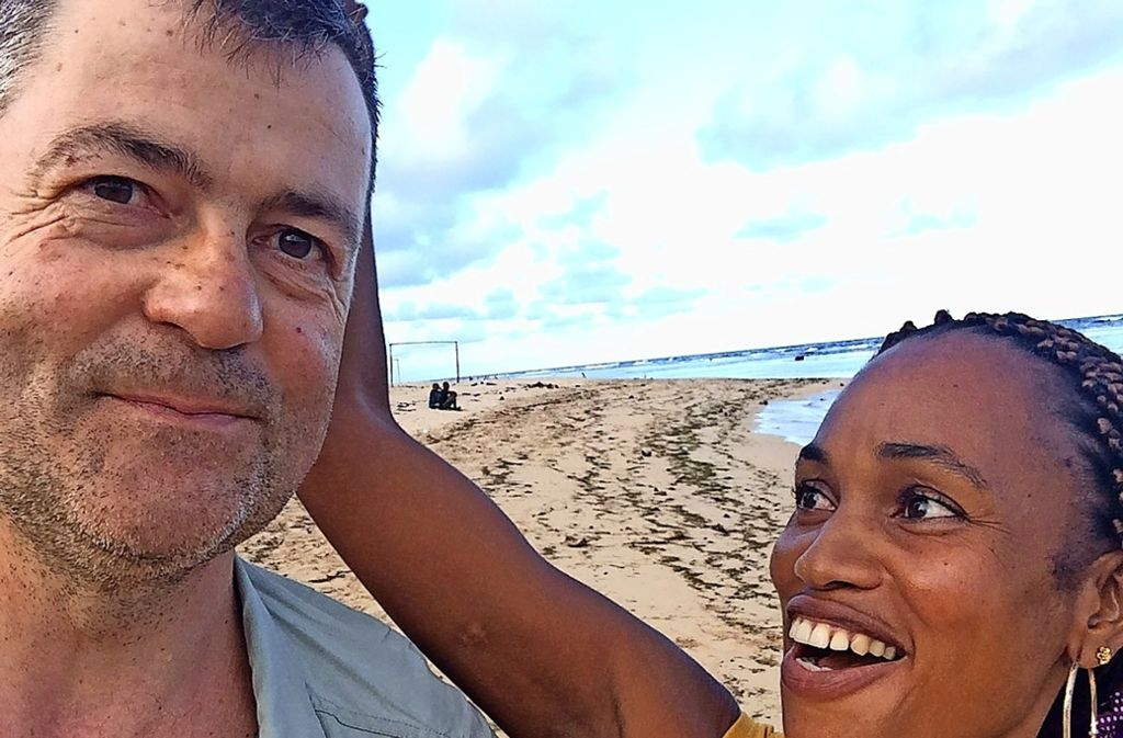 Zweisamkeit am Strand von Antalaha, Madagaskar. Inzwischen hat die Realität  Michael Wöhrle und  Angèle Jaotombo eingeholt. Foto:Privat Foto: