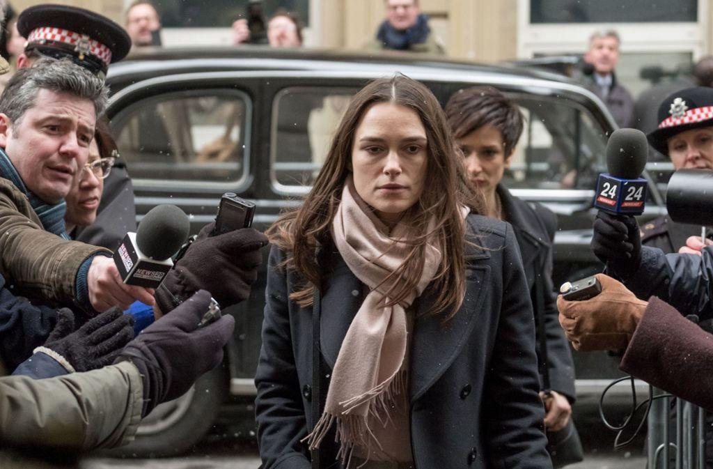 Die Whistleblowerin Katharine Gun (Keira Knightley) wird von der Presse umlagert. Foto: Entertainment One/Sundance Institute
