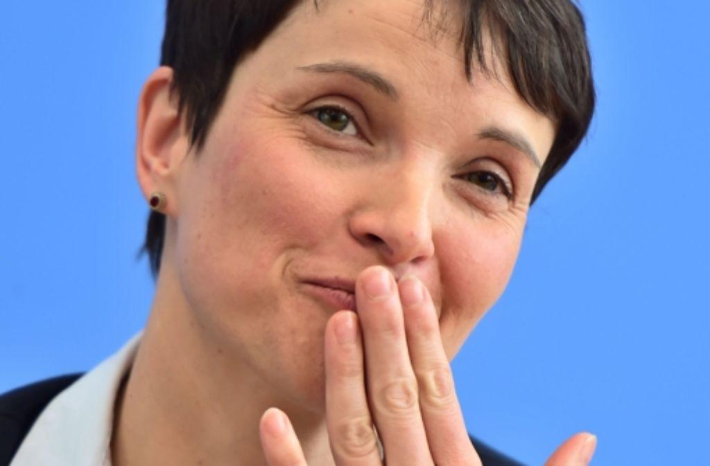 In einem Interview mit der Zeitschrift Bunte verriet Frauke Petry mit ihrem Lebenspartner Marcus Pretzell Intimes - und distanzierte sich von manch heftigen Aussagen ihrer Parteikollegen. Foto: AFP