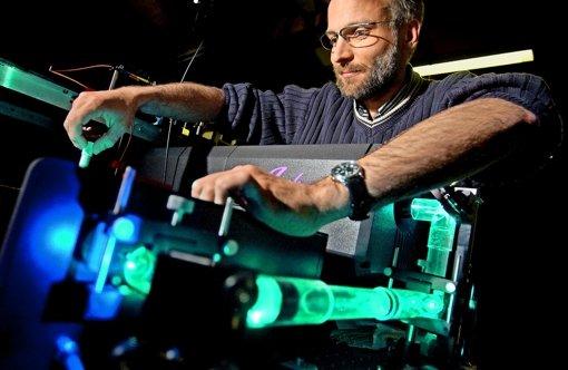 Der Physiker Tilman Pfau von der Uni Stuttgart schafft in seinem Laserlabor die Grundlage für miniaturisierte Messgeräte. Foto: Heinz Heiss