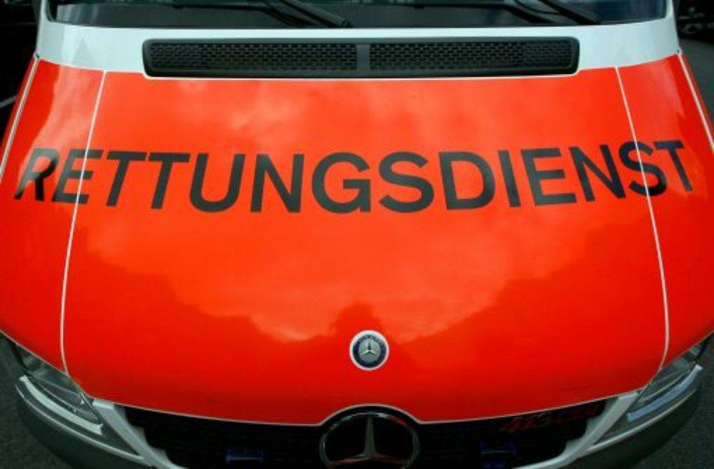 In Alfdorf im Rems-Murr-Kreis hat sich ein Mercedes selbstständig gemacht und eine 81-Jährige und eine 82-Jährige verletzen sich beim Versuch, das rollende Auto festzuhalten. Foto: dpa